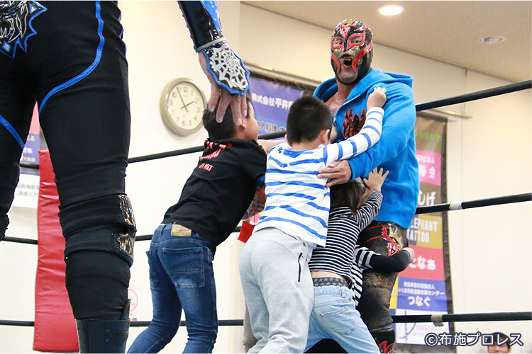 教室の最後は子供5人対タコヤキーダー。子供たちの勝利!