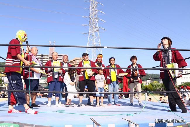 今年も野崎プロレスのリング上で布施プロレスの開催を発表しました。
