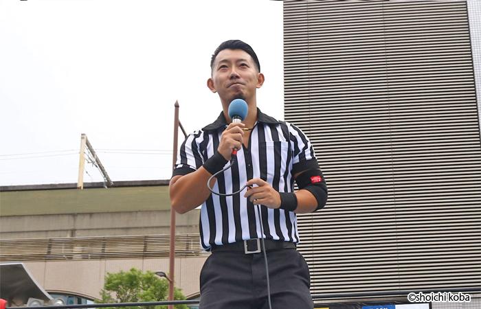 布施プロレスの総合プロデューサー、レフェリーの吉野恵悟