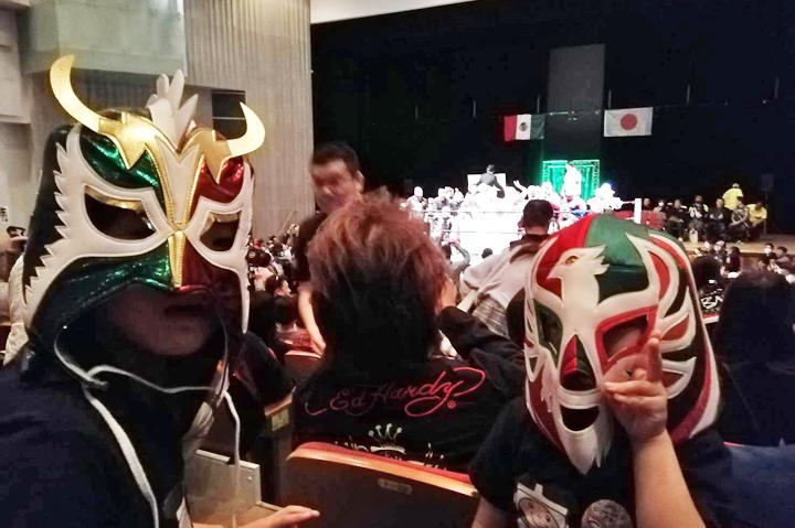 会場で見かけたメキシコカラーのマスクをかぶった子供たち